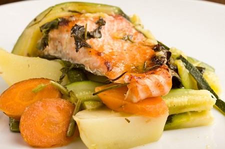Σολωμός στο φούρνο με σάλτσα σαφράν (έξι μερίδες)